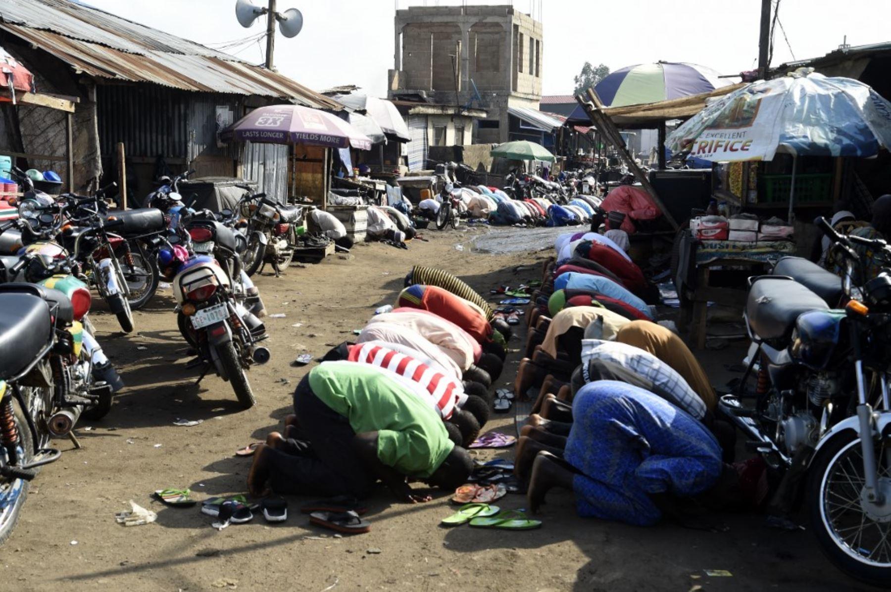 Los fieles se reúnen para realizar una oración para celebrar Eid al-Fitr en Kara Ibafo en el estado de Ogun. Foto: AFP