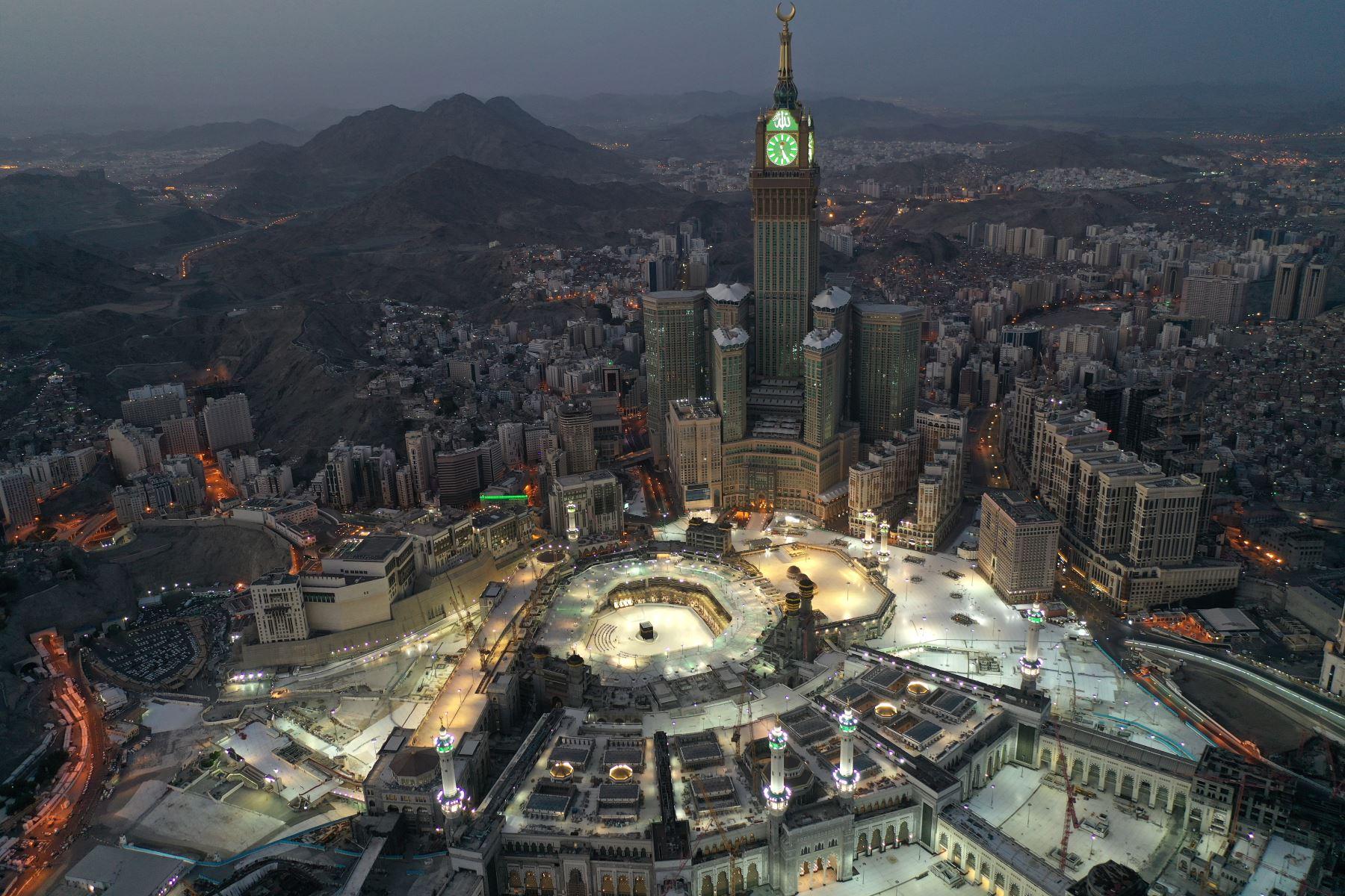 Una vista aérea de la ciudad sagrada de La Meca, en Arabia Saudita, con vistas a la Gran Mezquita y Kaaba en el centro. El país del medio oriente comenzó un toque de queda de cinco días después de que las infecciones por coronarios aumentaron más de cuatro veces desde el inicio del Ramadán. Foto: AFP