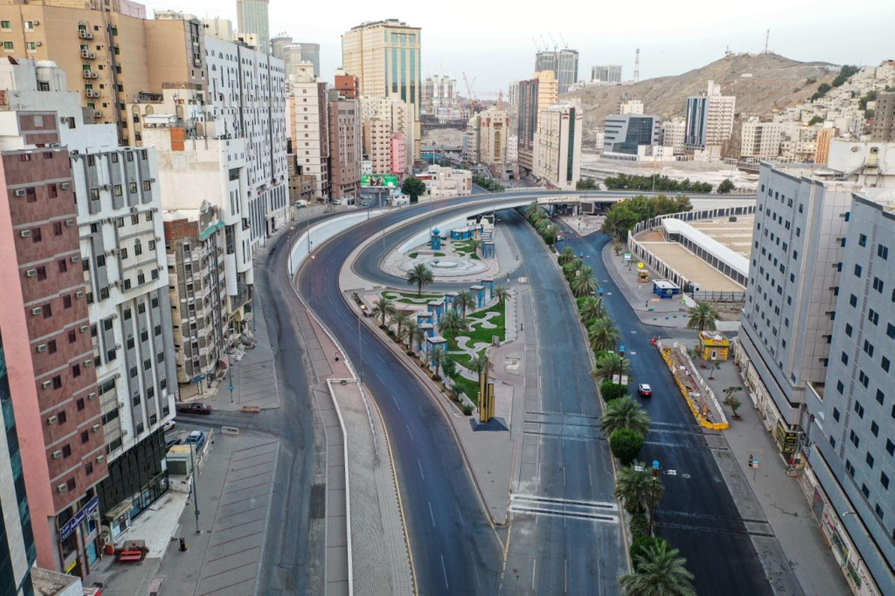 Una vista aérea de un barrio de la ciudad sagrada de La Meca, en Arabia Saudita que luce vacía en pleno toque de queda que se ordenó debido al incremento de contagios que llegó a 68,000. Foto: AFP