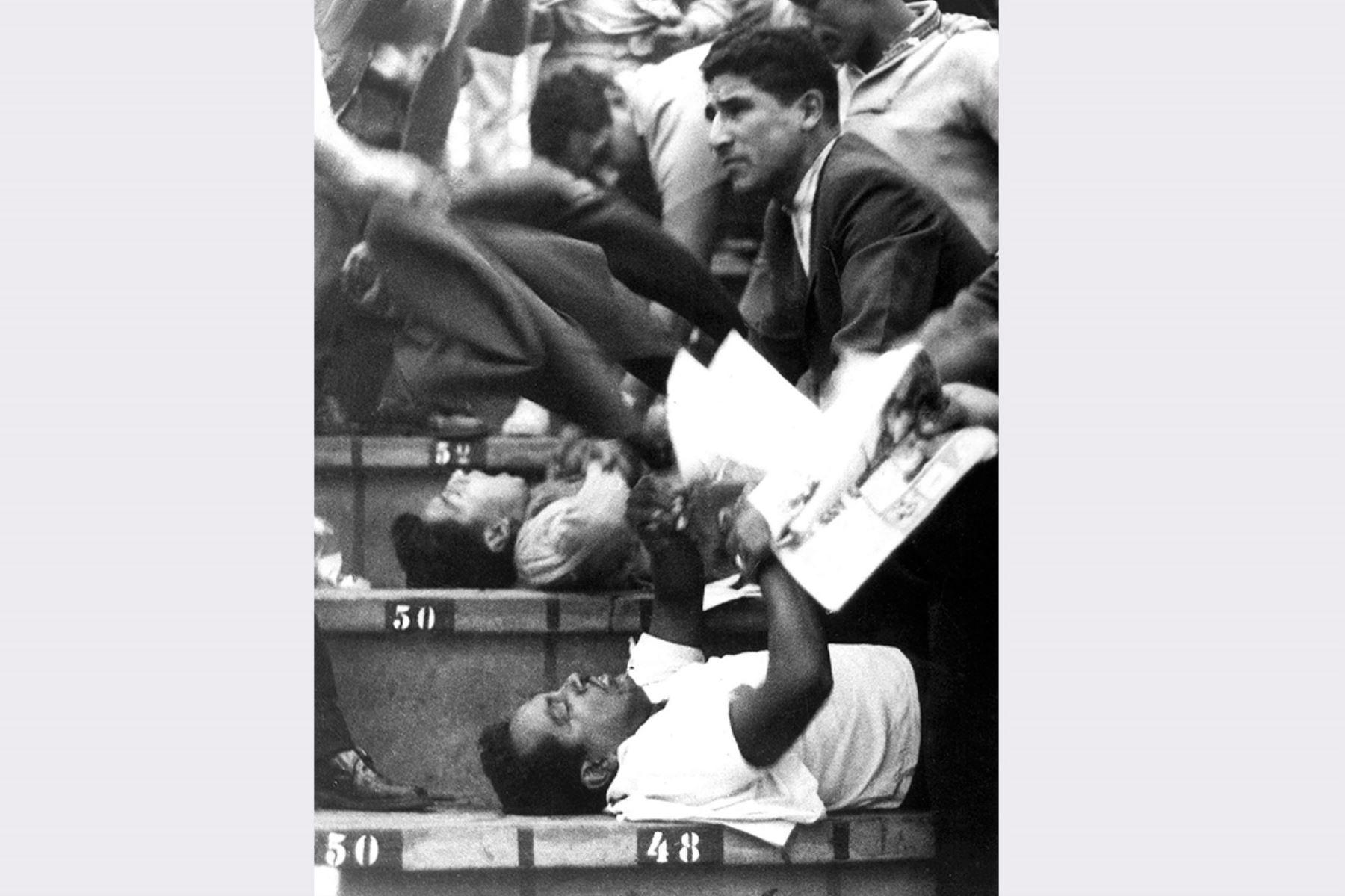 Lima - 24 mayo 1964. Muchos heridos reciben ayuda en las gradas del Estadio Nacional luego de un partido de clasificación para los Juegos Olímpicos de Tokio entre Perú y Argentina. La anulación de un gol peruano originó protestas e hizo que la policía  arrojara gases lacrimógenos al público generando caos y una estampida en la que murieron más de 300  personas. Foto:  AFP / IPD