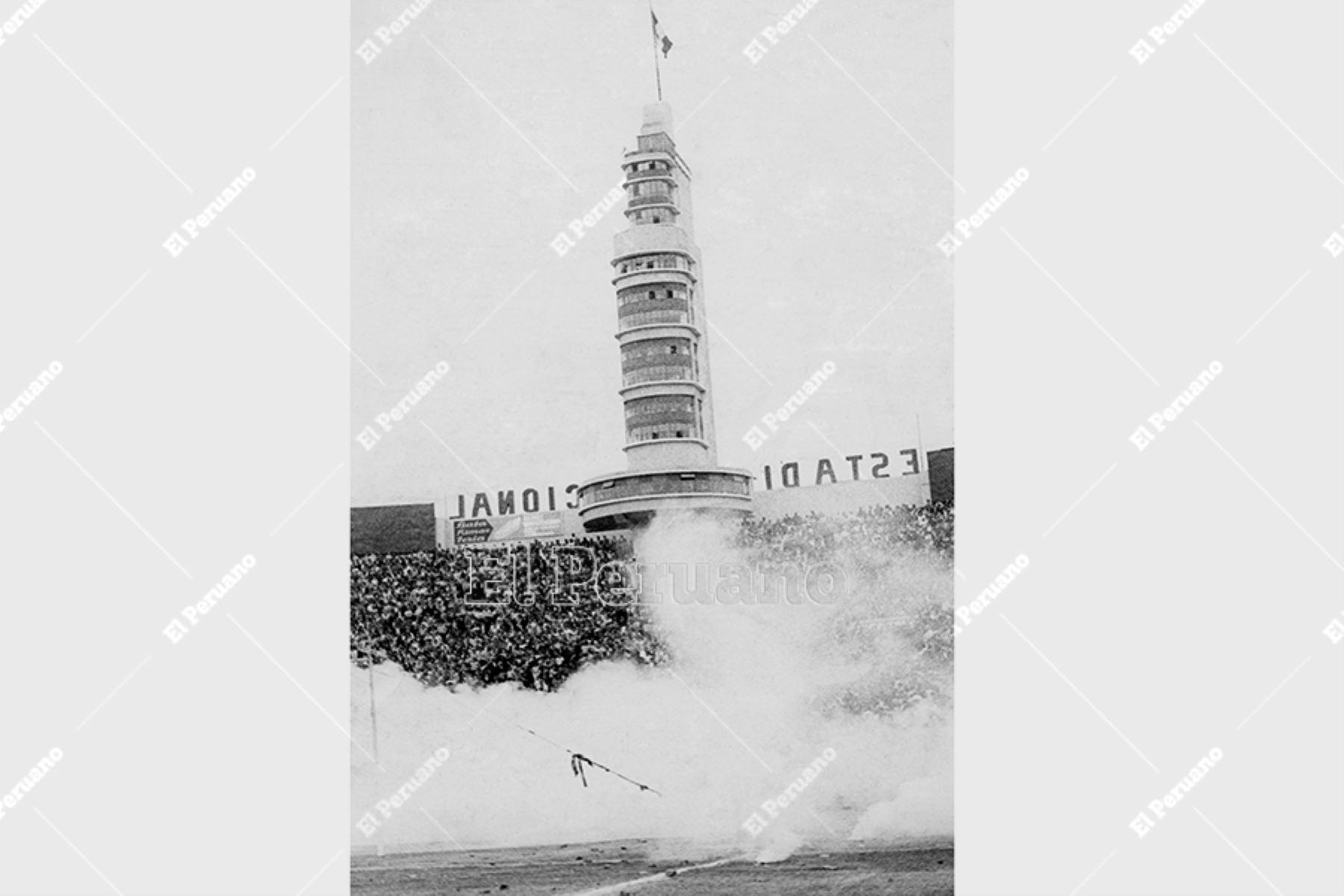 Lima - 24 mayo 1964. Tragedia del Estadio Nacional. La policía lanzó bombas lacrimógenas cuando los hinchas empezaban a protestar e invadir el campo por la anulación de un gol peruano. Foto Archivo Histórico de El Peruano.