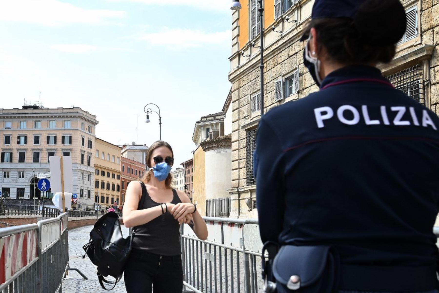 La policía lleva a cabo controles de seguridad y desinfección a medida que las personas llegan para asistir a la oración del Ángelus, en la Plaza San Pedro. Foto: AFP