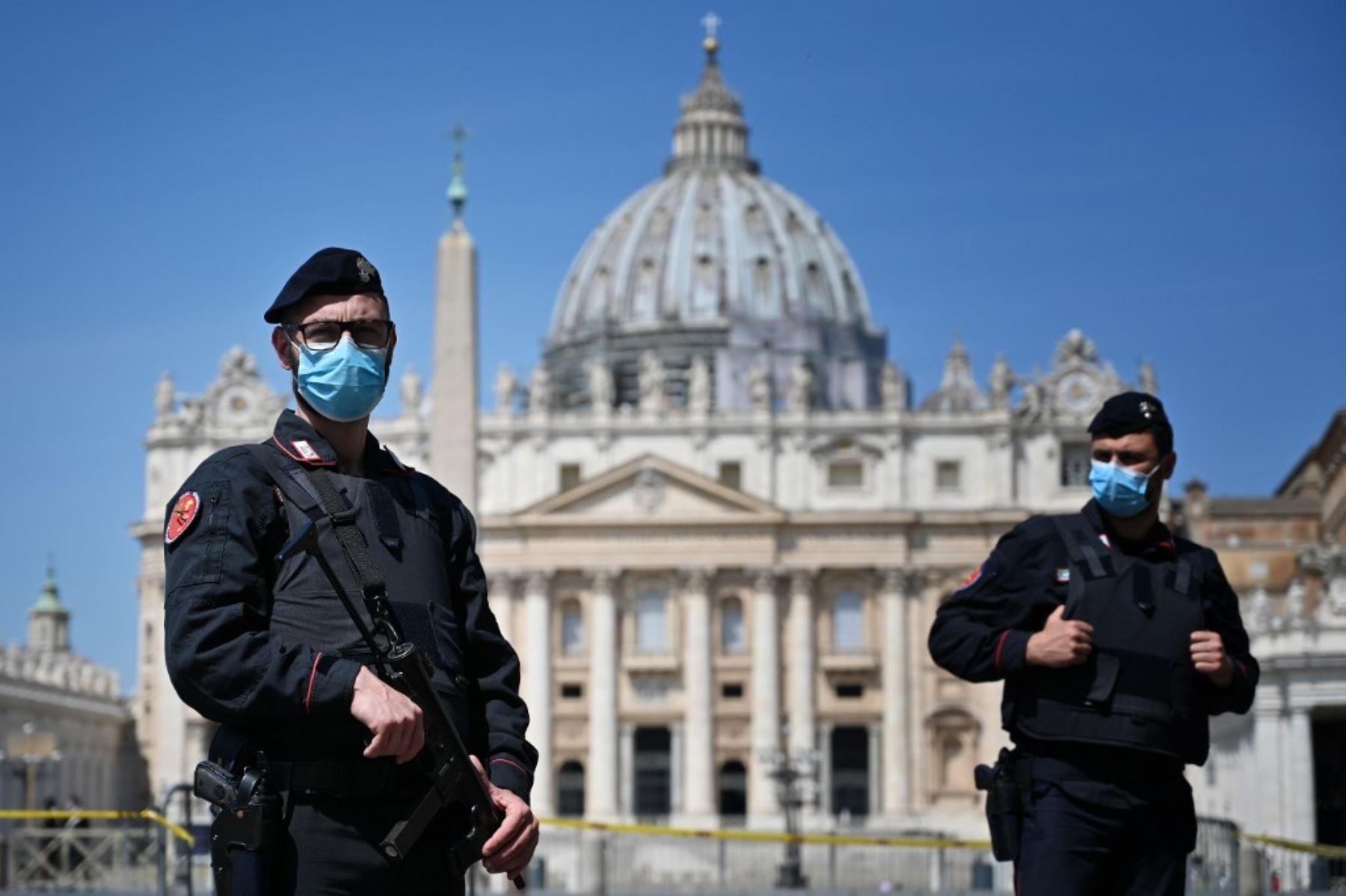 Los policías italianos controlan alrededores de la Plaza San Pedro antes que el Papa Francisco transmitiera la oración del Ángelus desde el Vaticano. Foto: AFP