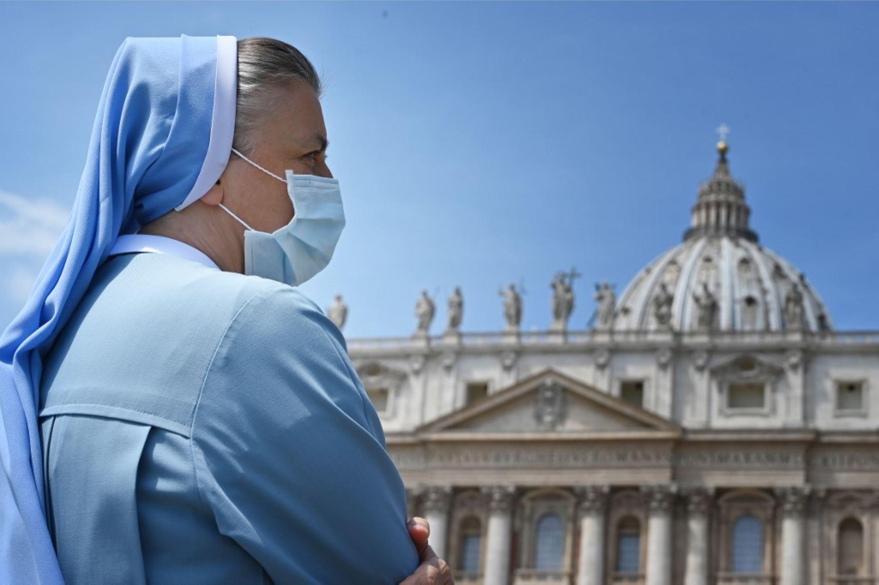 Una monja asiste a la oración del Ángelus transmitida en vivo por el Papa Francisco en la plaza de San Pedro. Foto: AFP