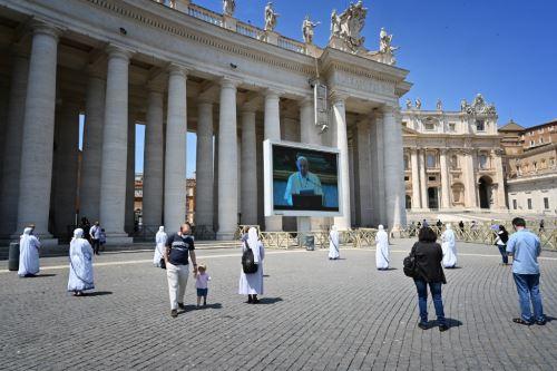 Fieles regresan a Plaza San Pedro para escuchar oración del Papa Francisco