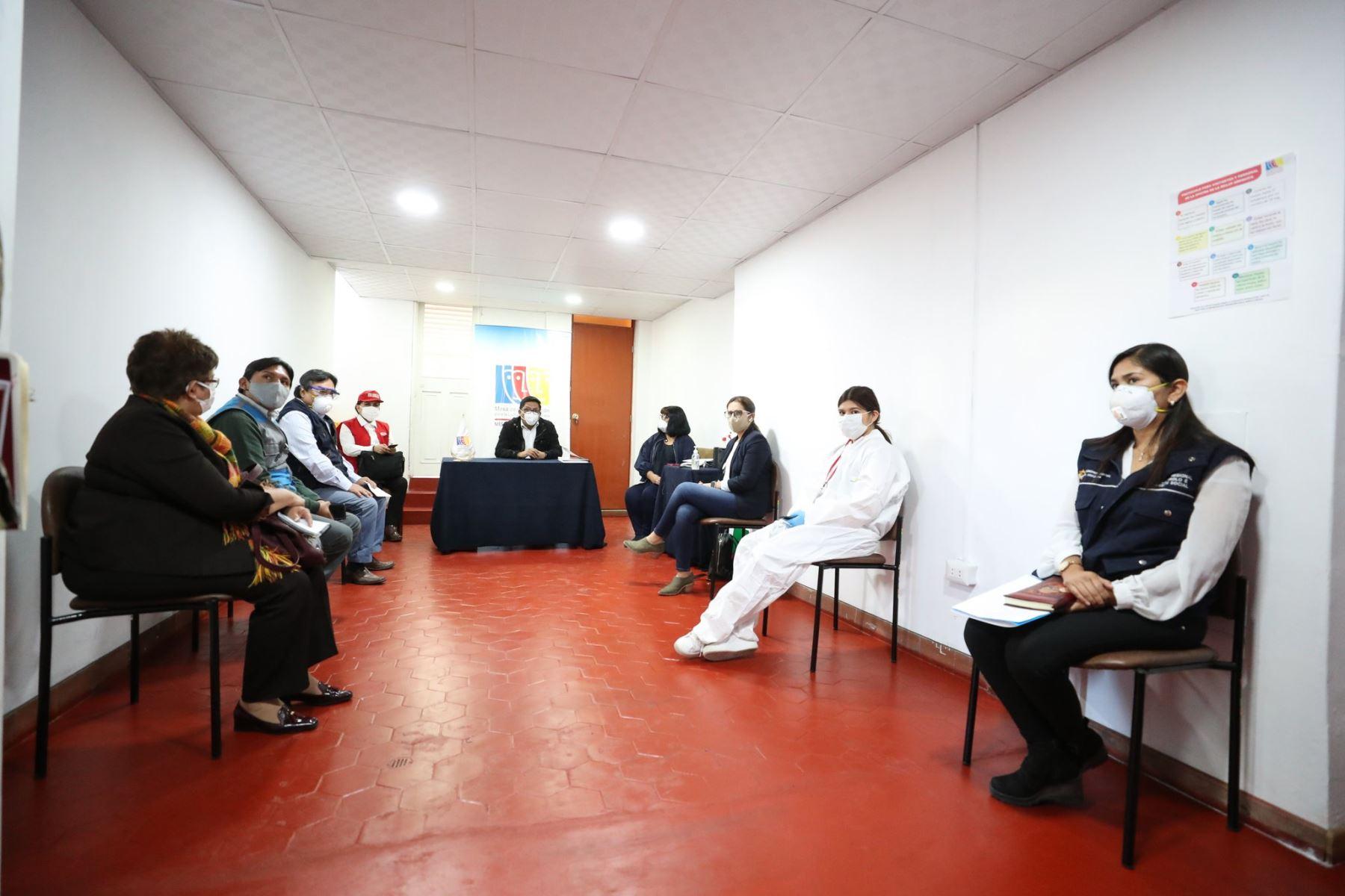 Para coordinar acciones en beneficio de la población más vulnerable ante el coronavirus, el premier Vicente Zeballos, junto a la titular del MIMP, Gloria Montenegro, dialogan con los representantes de la Mesa de Concertación para la Lucha contra la Pobreza de Arequipa. Foto: ANDINA/PCM