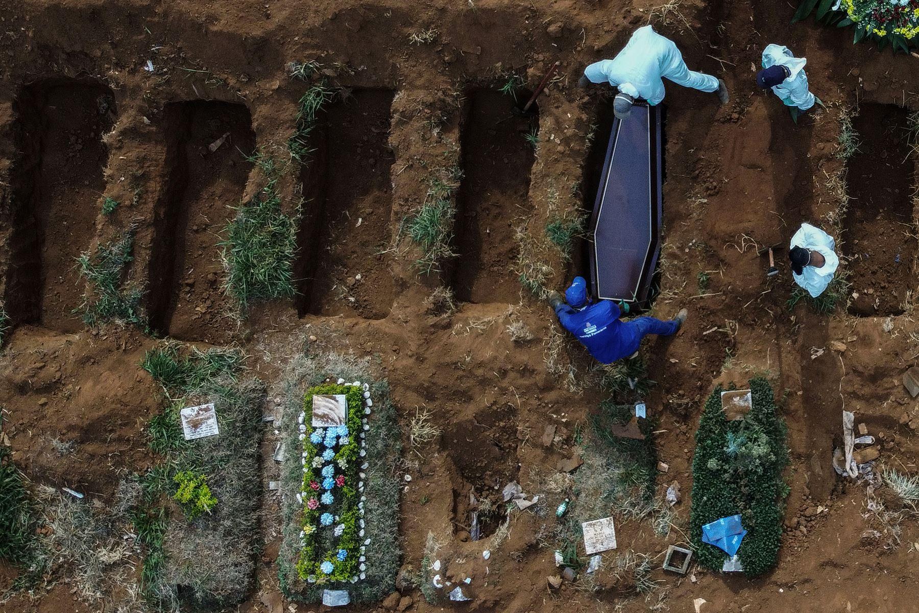 Imagen aérea que muestra sepultureros enterrando a una presunta víctima de COVID-19 en el cementerio de Vila Formosa, en las afueras de Sao Paulo, Brasil. Foto: AFP