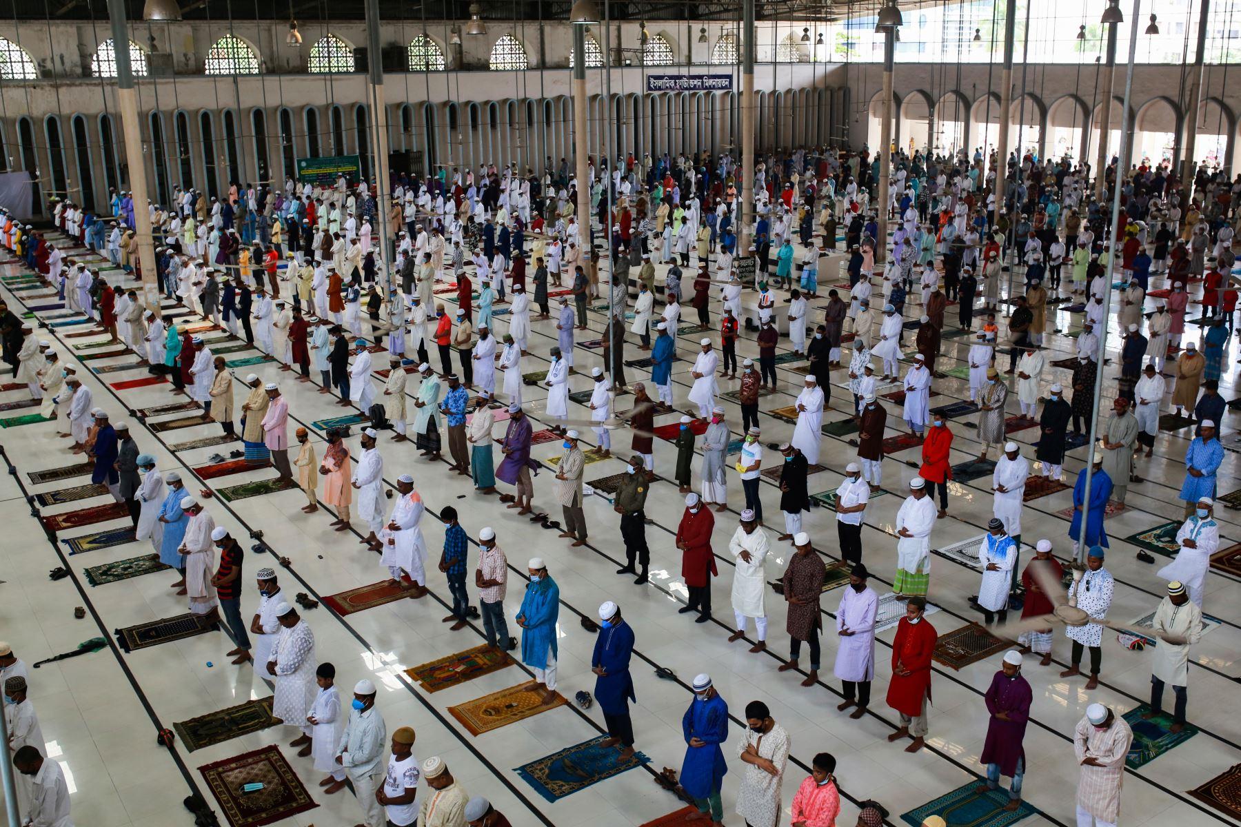 Los devotos musulmanes ofrecen una oración especial en la Mezquita Nacional de Baitul Mukarram para comenzar el festival Eid-al-Fitr que marca el final del mes de ayuno islámico del Ramadán en Dhaka. Foto: AFP