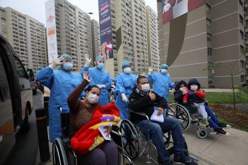 Coronavirus: Médicos de Essalud dan de alta a familia entera recuperada