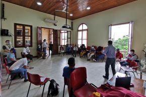 Autoridades coordinan el traslado a un albergue temporal en Loreto de los ciudadanos indígenas varados. Foto: Ministerio de Cultura