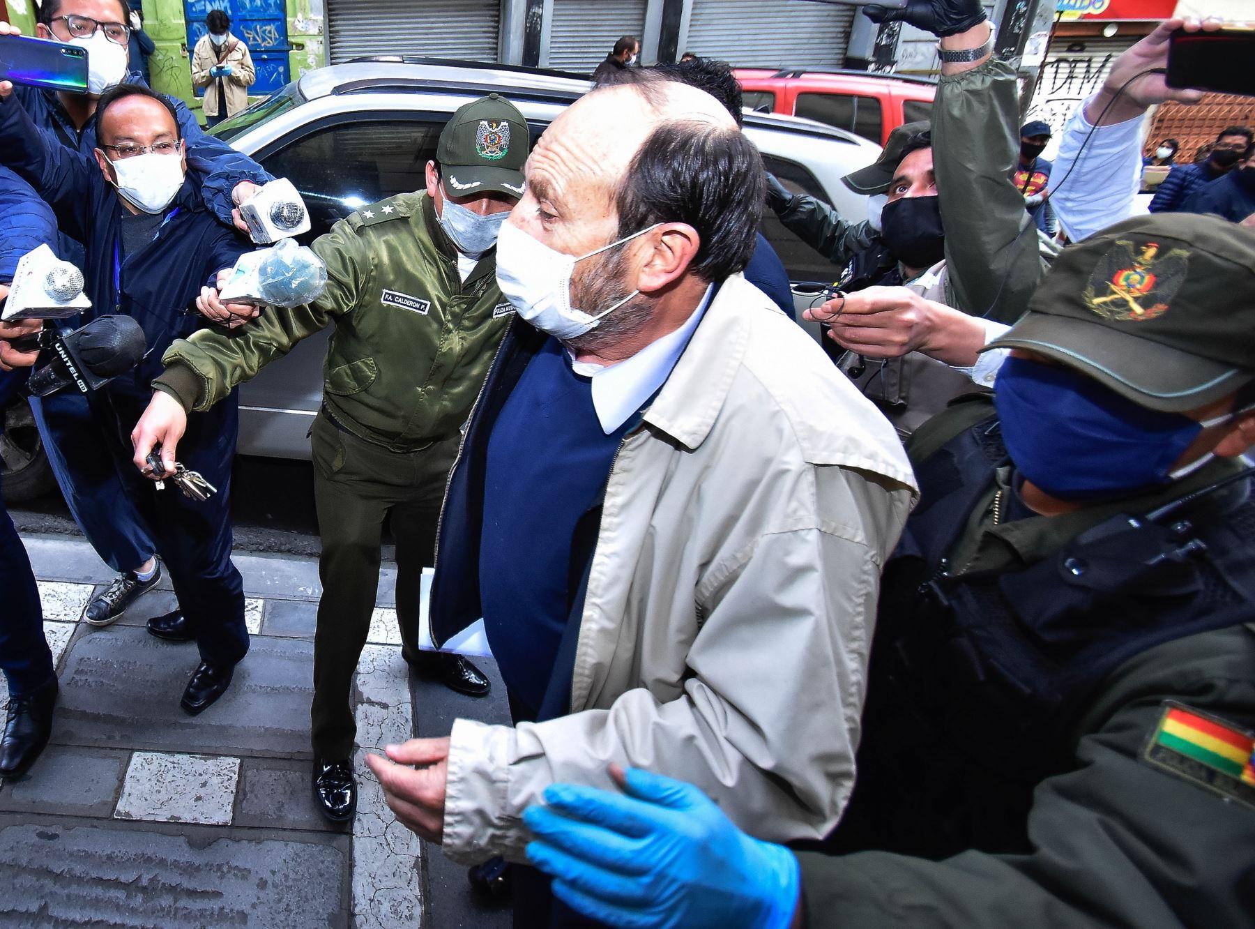 El exminsitro de Salud Marcelo Navajas (c), es llevado a su audiencia cautelar por supuesta participación en el proceso de contratación para la compra de respiradores en España. Foto: EFE