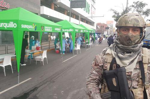 Coronavirus: Miembros de la FAP vigilan el orden y brindan seguridad durante la toma de pruebas rápidas en Surquillo