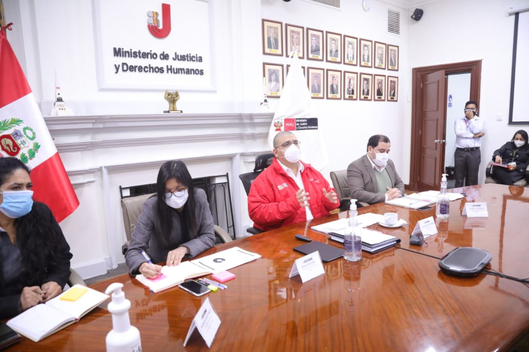 Ministro de Justicia, Fernando Castañeda, participó en sesión virtual de la Comisión de Fiscalización.