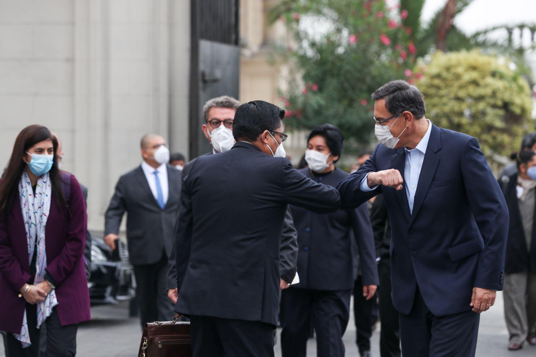 Presidente Martín Vizcarra saluda a Jefe de Gabinete, Vicente Zeballos y ministros antes de acudir a sesión en Congreso de la República. Foto: ANDINA/PCM