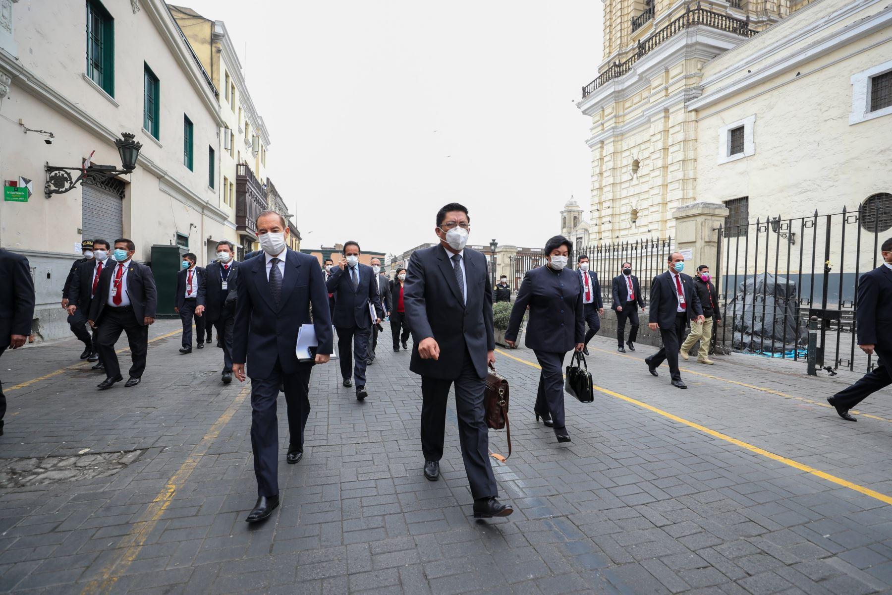 Presidente del Consejo de Ministros, Vicente Zeballos, acompañado del Gabinete Ministerial en conjunto, se presenta hoy en la sesión del pleno virtual del Congreso de la República. Foto: ANDINA/PCM