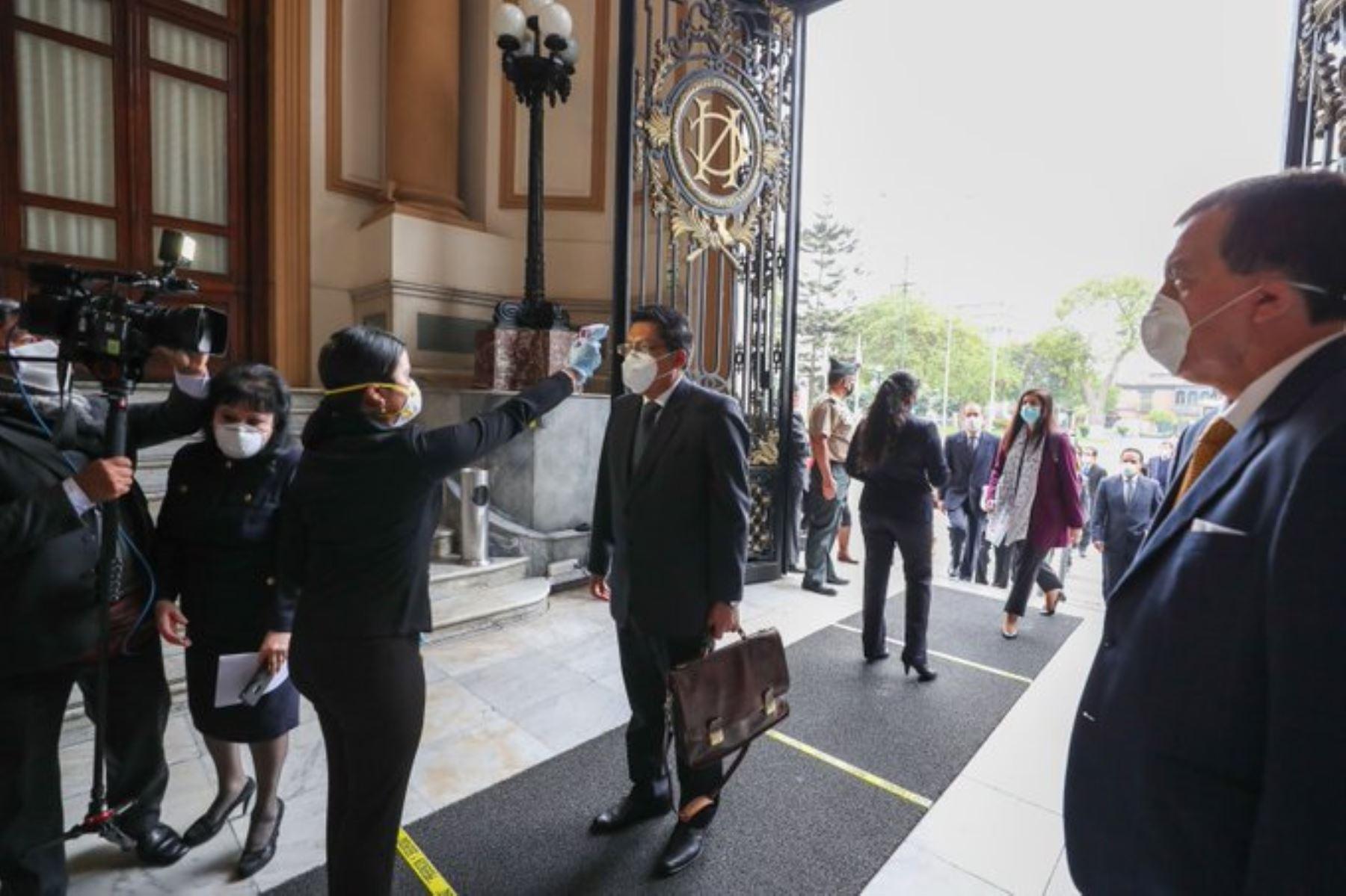 El jefe del Gabinete Ministerial, Vicente Zeballos, junto a ministros de Estado, ya se encuentra en el Congreso de la República para su presentación en la sesión del Pleno virtual. Foto: ANDINA/PCM