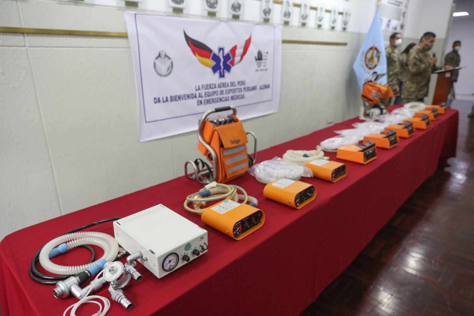 Ministro  de Defensa, Walter Martos recibe donación de militares de Alemania. Ventiladores se usarán para combatir el covid-19 en el hospital de la Fuerza Aérea. Foto: MINDEF