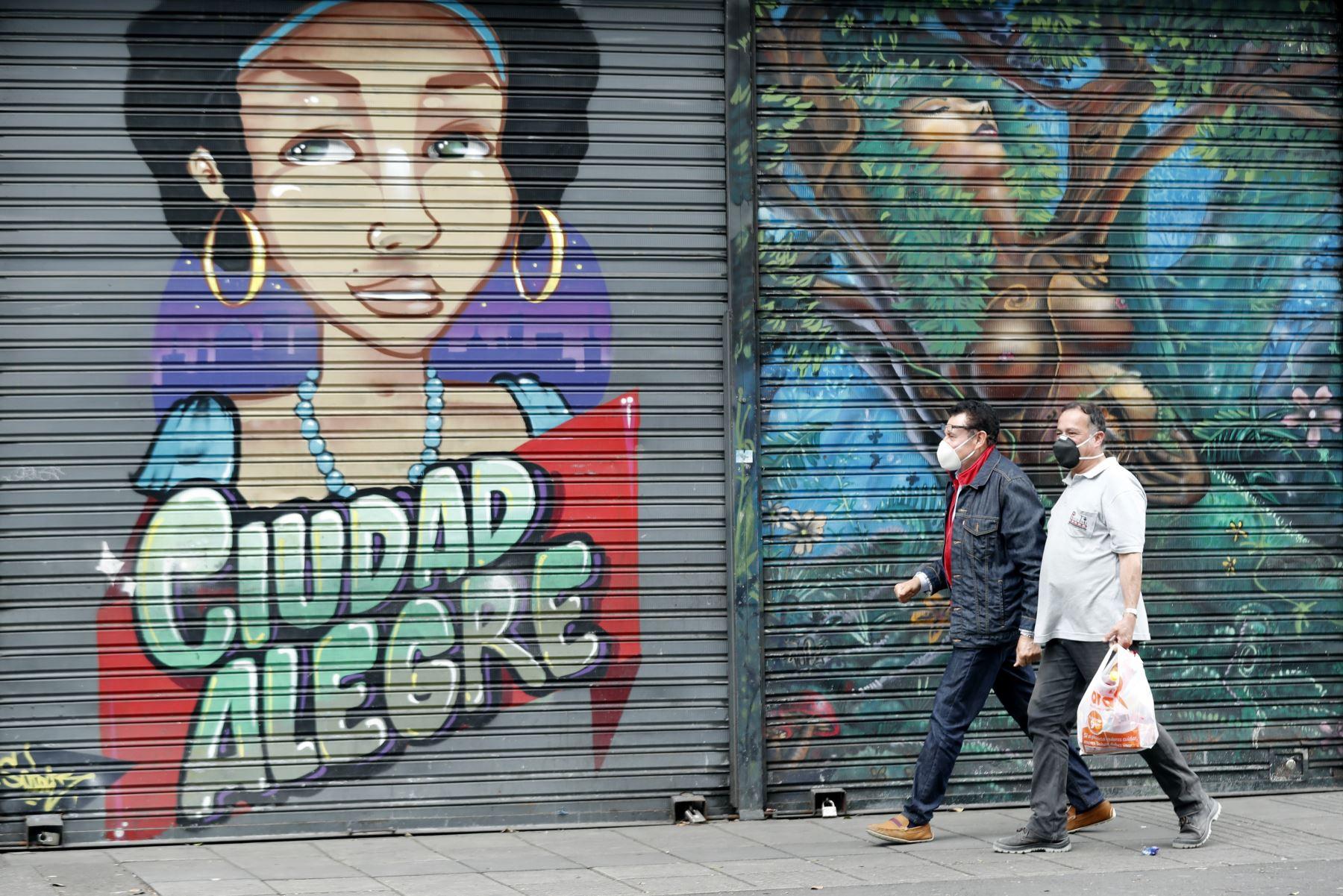 Ciudadanos recorren las calles durante la cuarentena por el coronavirus, en Bogotá (Colombia). Foto: EFE