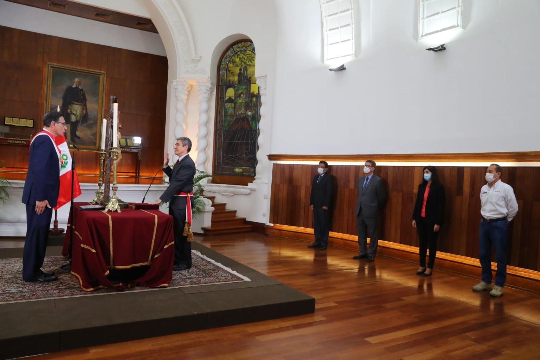 El presidente de la República, Martín Vizcarra, tomó hoy juramento a Alejandro Neyra como nuevo ministro de Cultura, en ceremonia realizada en Palacio de Gobierno. Foto: ANDINA/ Prensa Presidencia