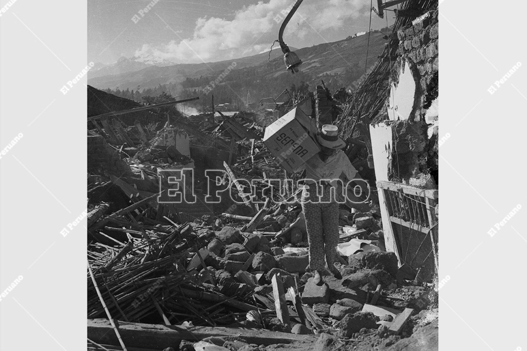 Ancash - 1 junio 1970 / Terremoto de Yungay 1970. Un hombre camina en medio de los escombros. Foto: Archivo Histórico de El Peruano