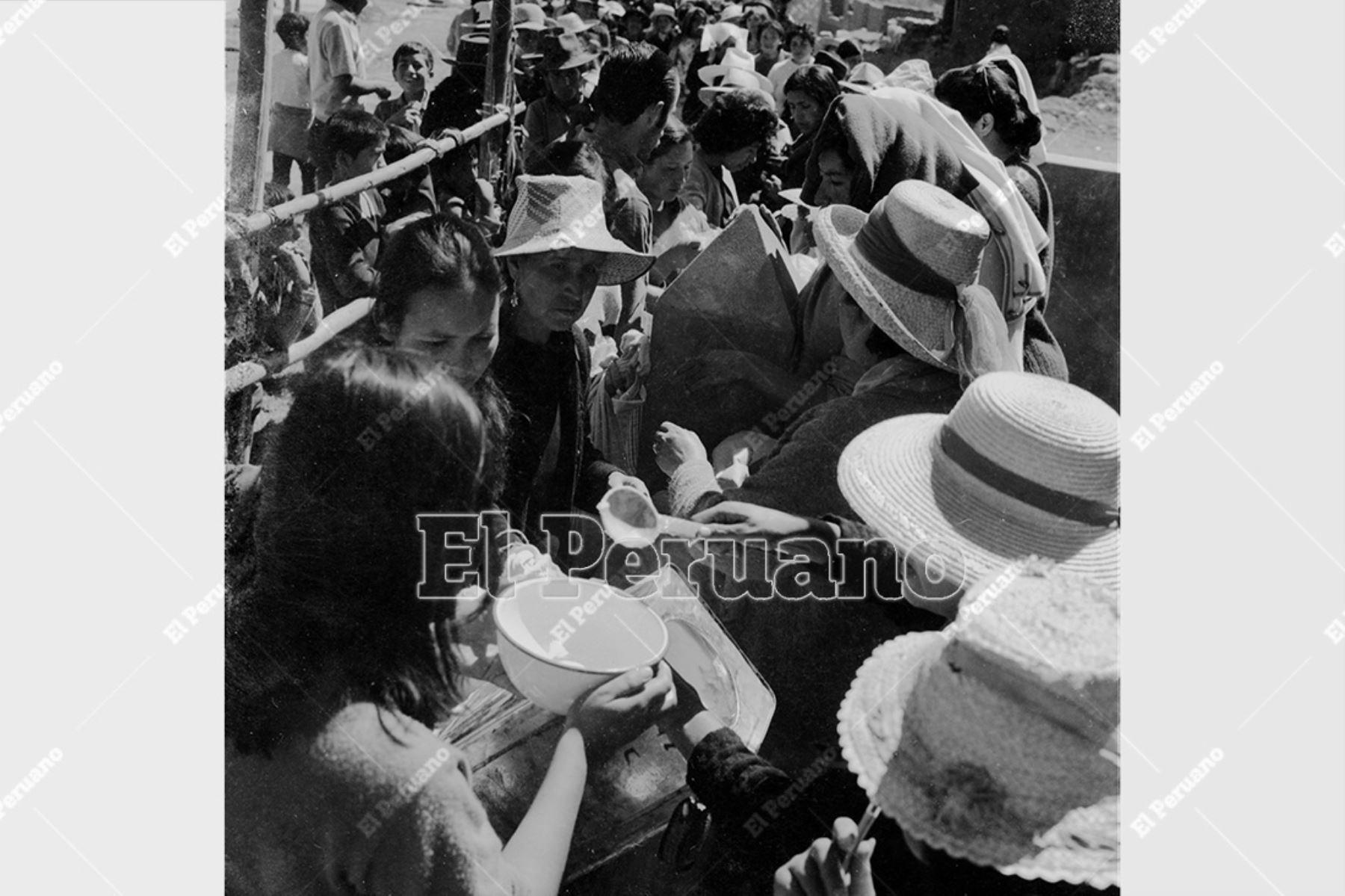 Ancash - 1 junio 1970 / Terremoto de Yungay. Decenas de damnificados forman colas para recibir ayuda humanitaria.  Foto: Archivo Histórico de El Peruano