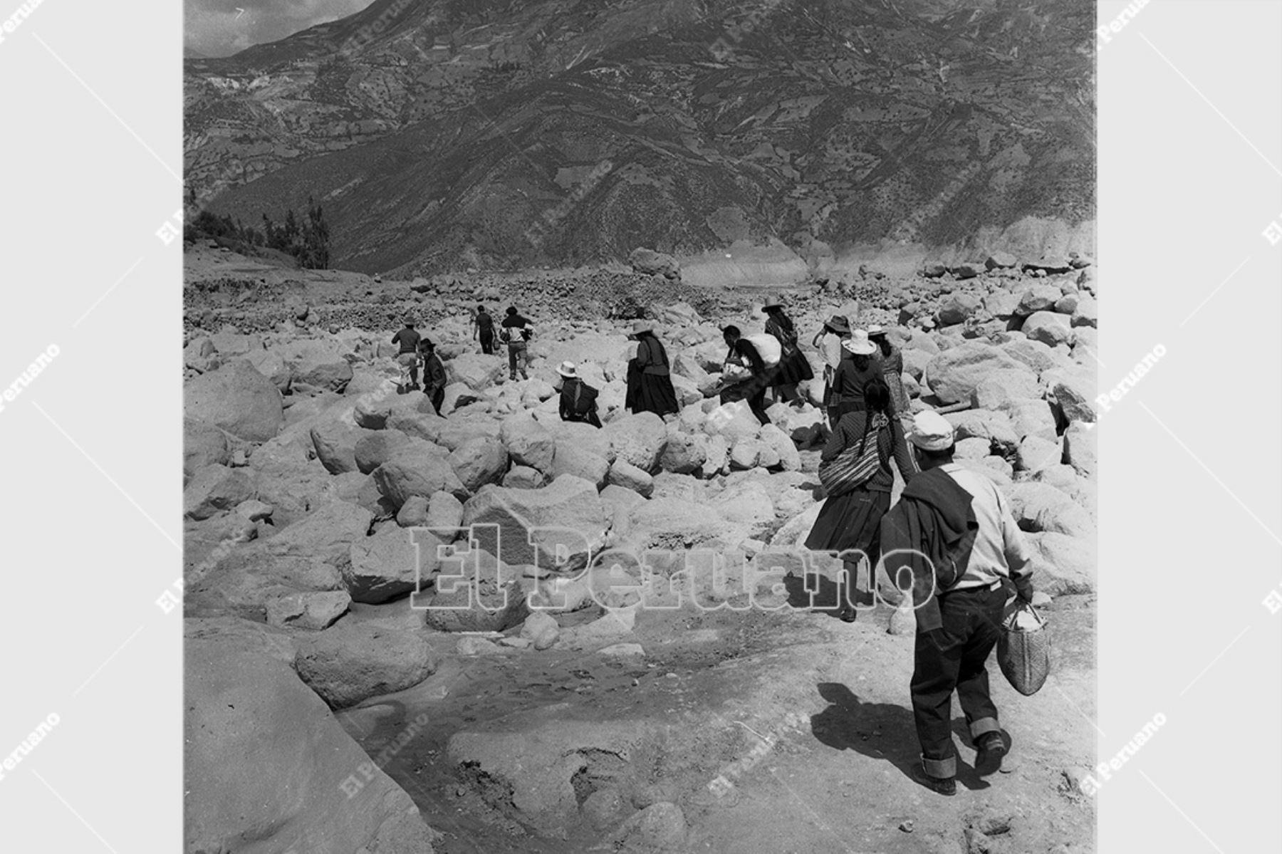 Ancash - 1 junio 1970 / Terremoto de Yungay. Damnificados reciben atención en carpas de la Cruz Roja Peruana.  Foto: Archivo Histórico de El Peruano