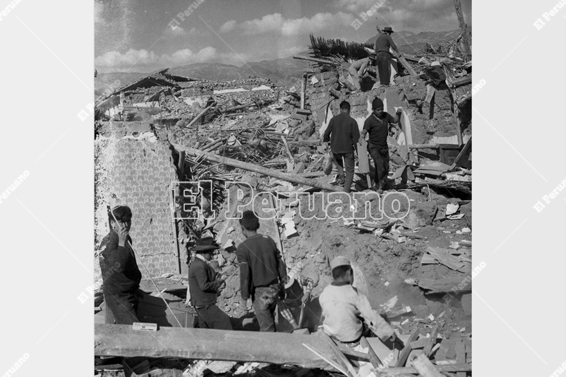 Ancash - 1 junio 1970 / Terremoto de Yungay. Damnificados intentan rescatar algunos objetos de viviendas en escombros. Foto: Archivo Histórico de El Peruano