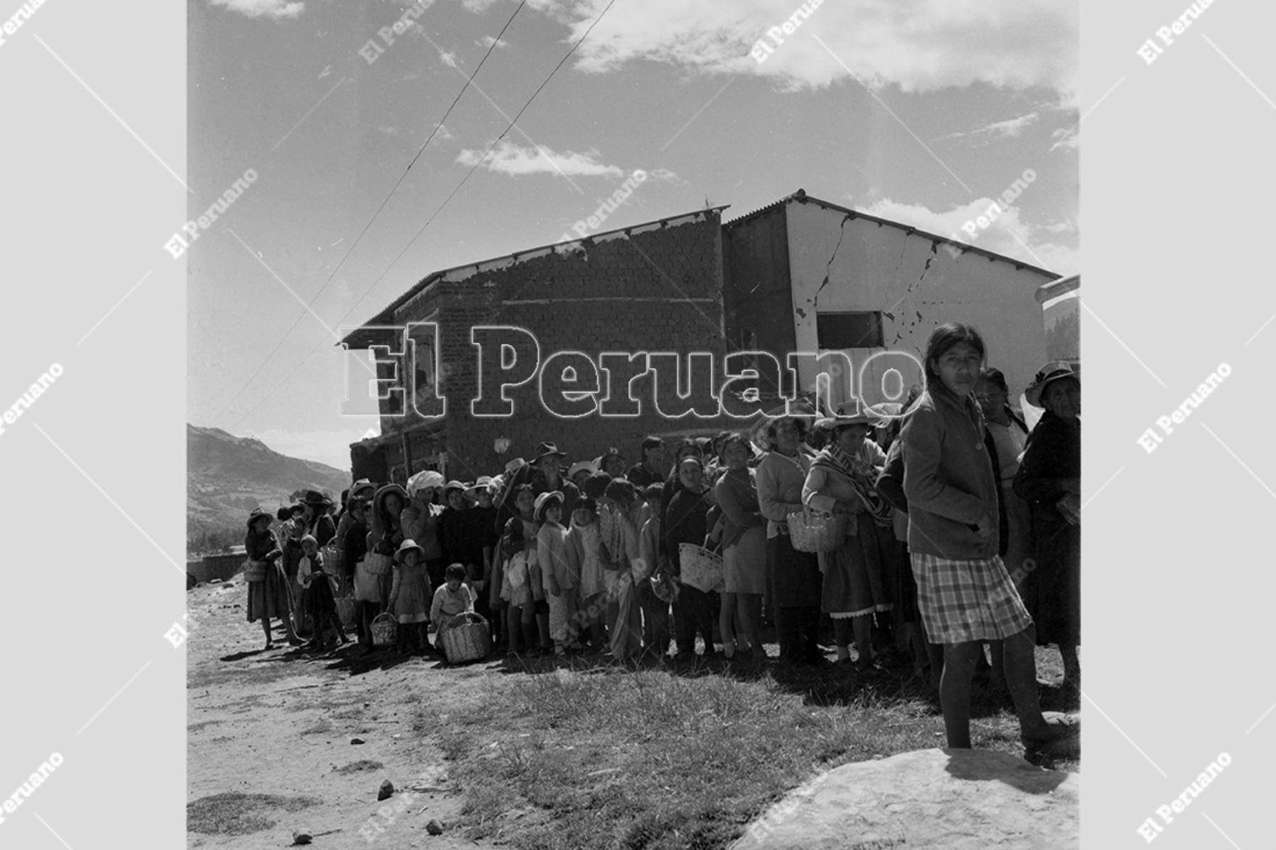 Ancash - 1 junio 1970 / Terremoto de Yungay. Decenas de mujeres y niños damnificados forman colas para recibir ayuda humanitaria.  Foto: Archivo Histórico de El Peruano