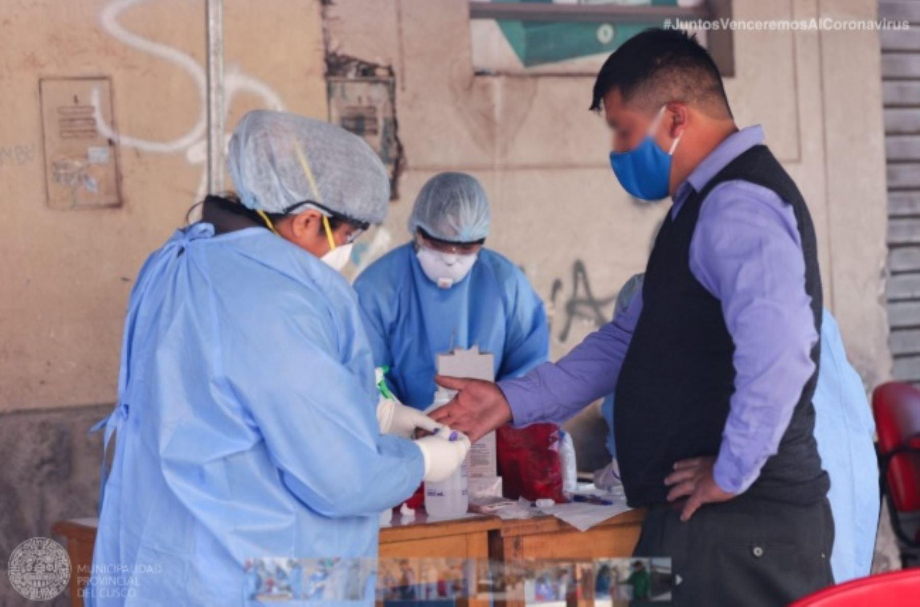 Cinco choferes y cobradores de transporte público urbano y tres conductores de taxi dieron positivo al covid-19 durante un tamizaje con pruebas rápidas realizada por la Dirección Regional de Salud (Diresa) de Cusco en la prolongación de la Av. De la Cultura, en la Ciudad Imperial.