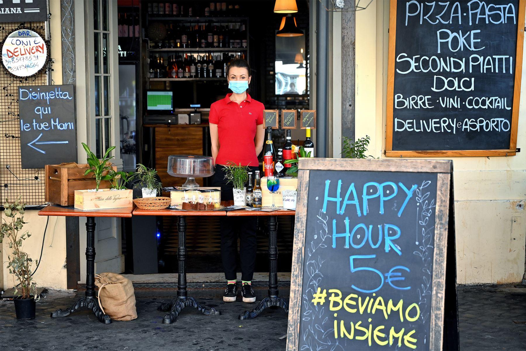 Un empleado de un restaurante que realiza entregas de alimentos y bebidas posa en el centro de Roma. Foto: AFP