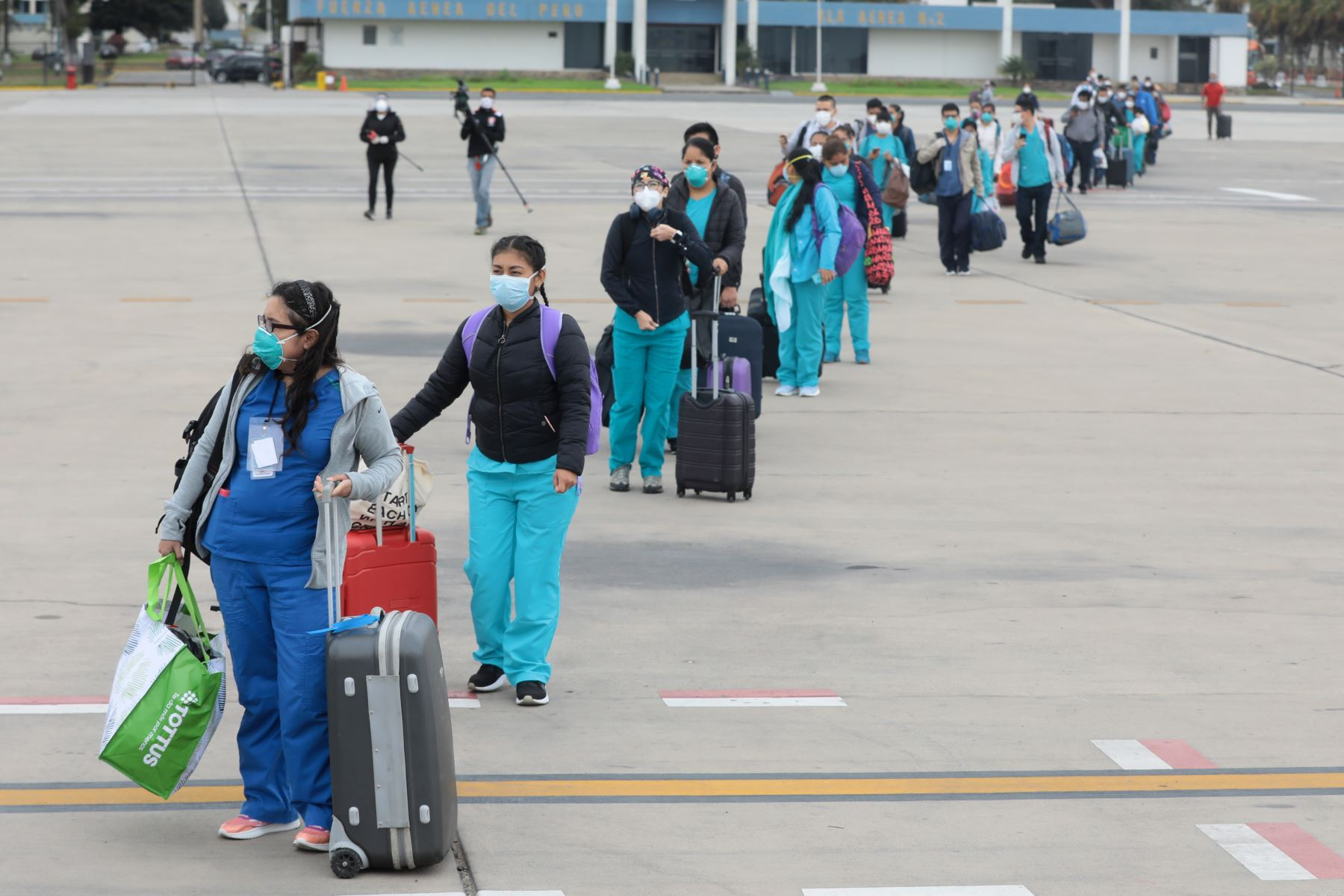 """Hoy partieron nuevamente 37 profesionales de la salud a Iquitos. Ellos conforman la primera brigada que abrió el """"hospital blanco"""" con lo cual su regreso completa un ciclo de gestión y una dinámica que busca la estabilidad en la atención al paciente. Foto: ANDINA/ EsSalud"""