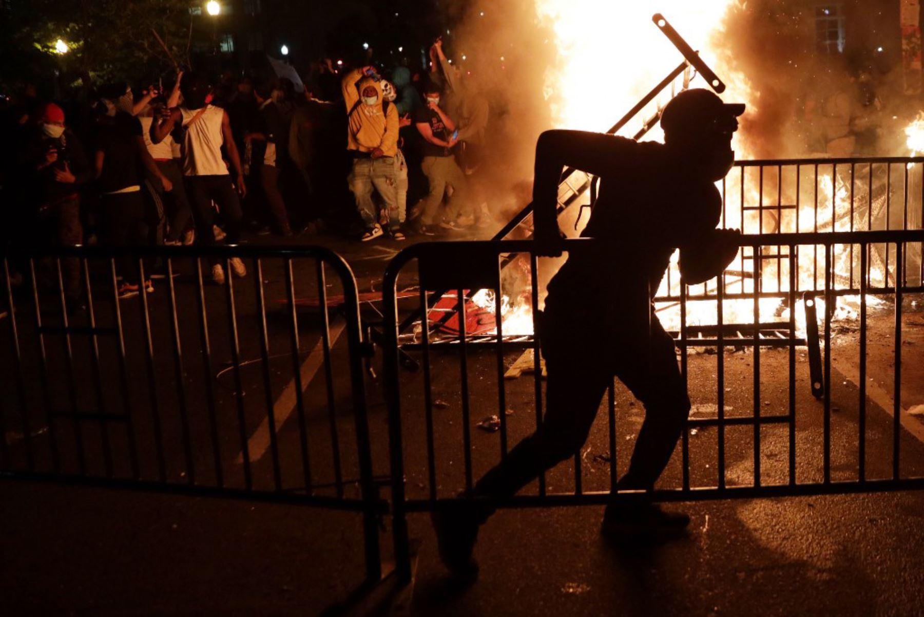 Manifestantes protestan cerca de la Casa Blanca en respuesta al asesinato de George Floyd en Washington. Foto: AFP