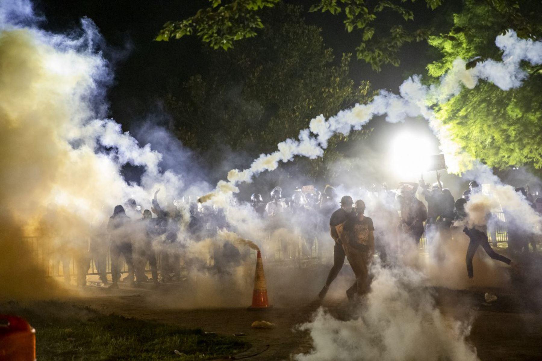 El gas lacrimógeno se eleva cuando los manifestantes se enfrentan con la policía durante una manifestación frente a la Casa Blanca sobre la muerte de George Floyd a manos de la Policía de Minneapolis en Washington, DC. Foto: AFP