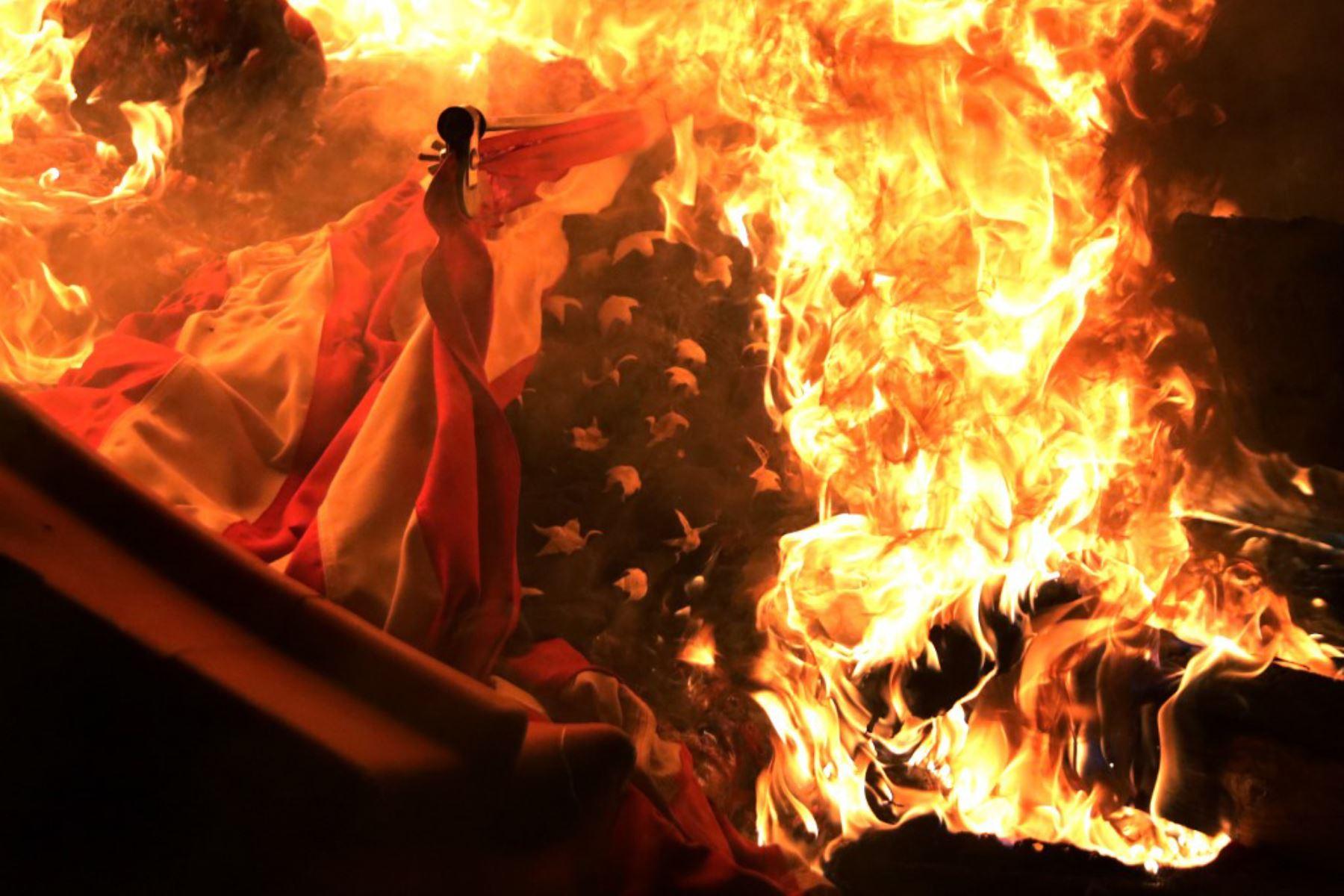 Una bandera estadounidense se quema durante una protesta cerca de la Casa Blanca en respuesta al asesinato de George Floyd. El ex oficial de policía de Minneapolis, Derek Chauvin, fue despedido y luego arrestado por la muerte de Floyd y acusado de matar a Floyd arrodillándose sobre su cuello. Foto: AFP