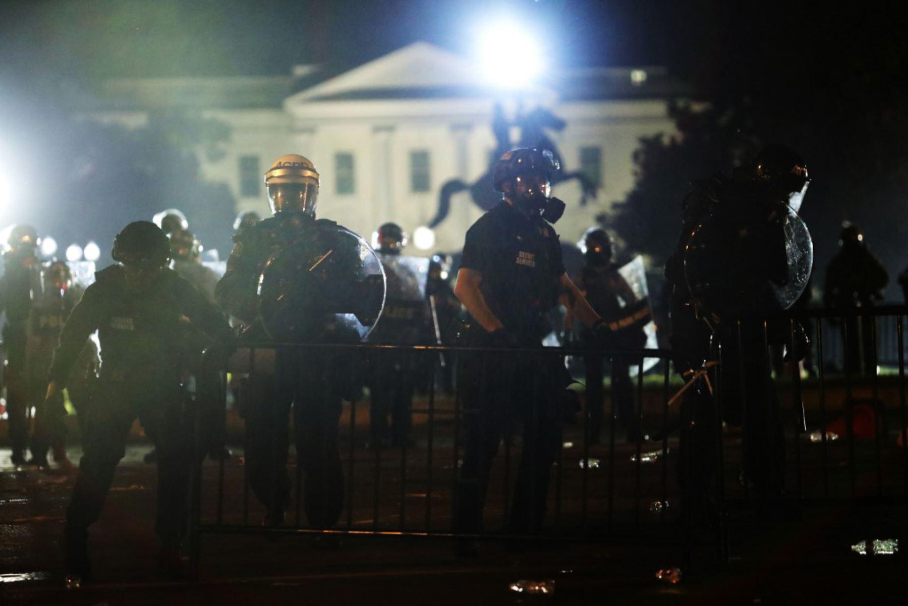 Los agentes de policía mantienen un perímetro durante una protesta cerca de la Casa Blanca en respuesta al asesinato de George Floyd en Washington, DC. Foto: AFP
