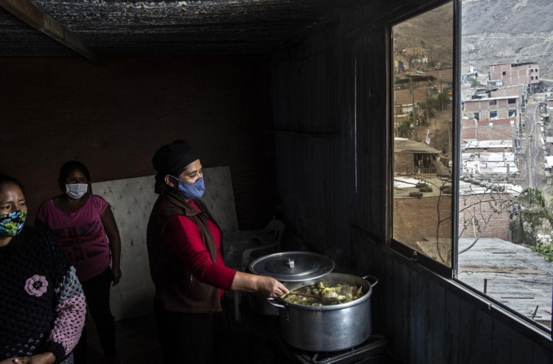 Los voluntarios cocinan en un comedor de beneficencia de la sección de Pamplona Alta, en las afueras del sur de Lima, durante la nueva pandemia de coronavirus. Foto: AFP