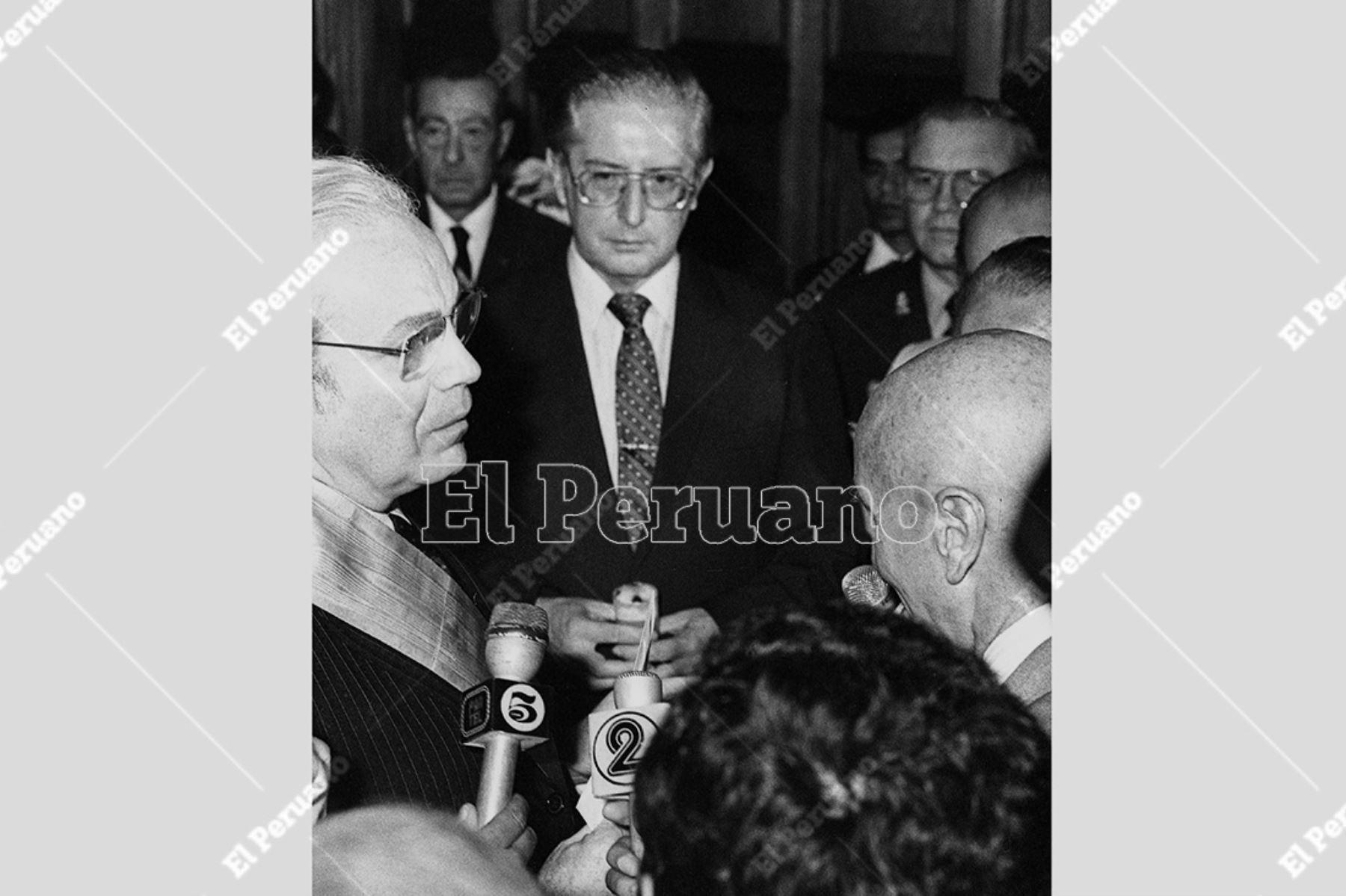 Lima - 4 abril 1984 / El senador Javier Alva Orlandini saluda al secretario general de las Naciones Unidas, Javier Pérez de Cuéllar, que fue condecorado por la Cámara de Diputados. El reconocido diplómatico visita el Perú en el marco del XX Periodo de Sesiones de la CEPAL. Foto: Archivo Histórico de El Peruano / Orlando Adrianzén