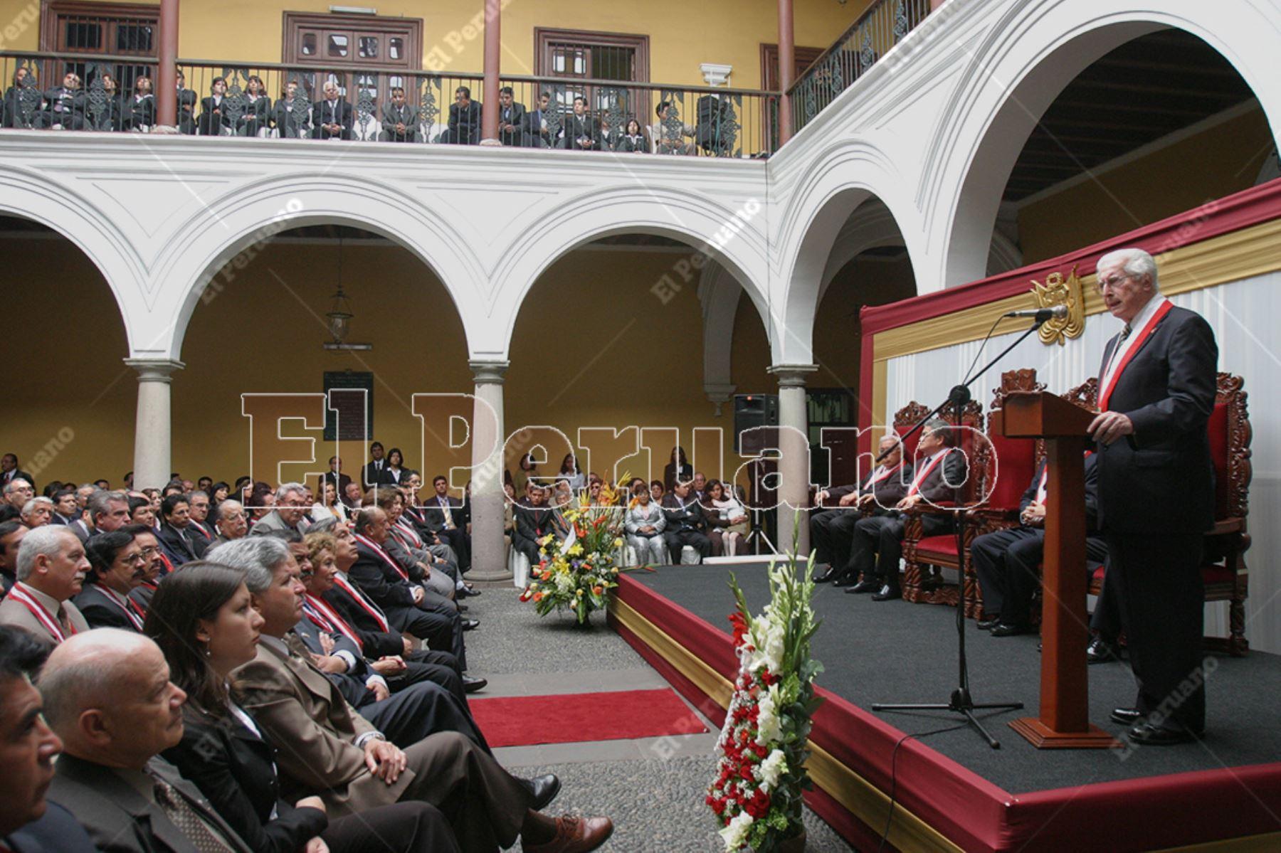 Lima - 12 noviembre 2005 / Javier Alva Orlandini en su último discurso como presidente del Tribunal Constitucional. Foto: Diario El Peruano  / Carlos Lezama