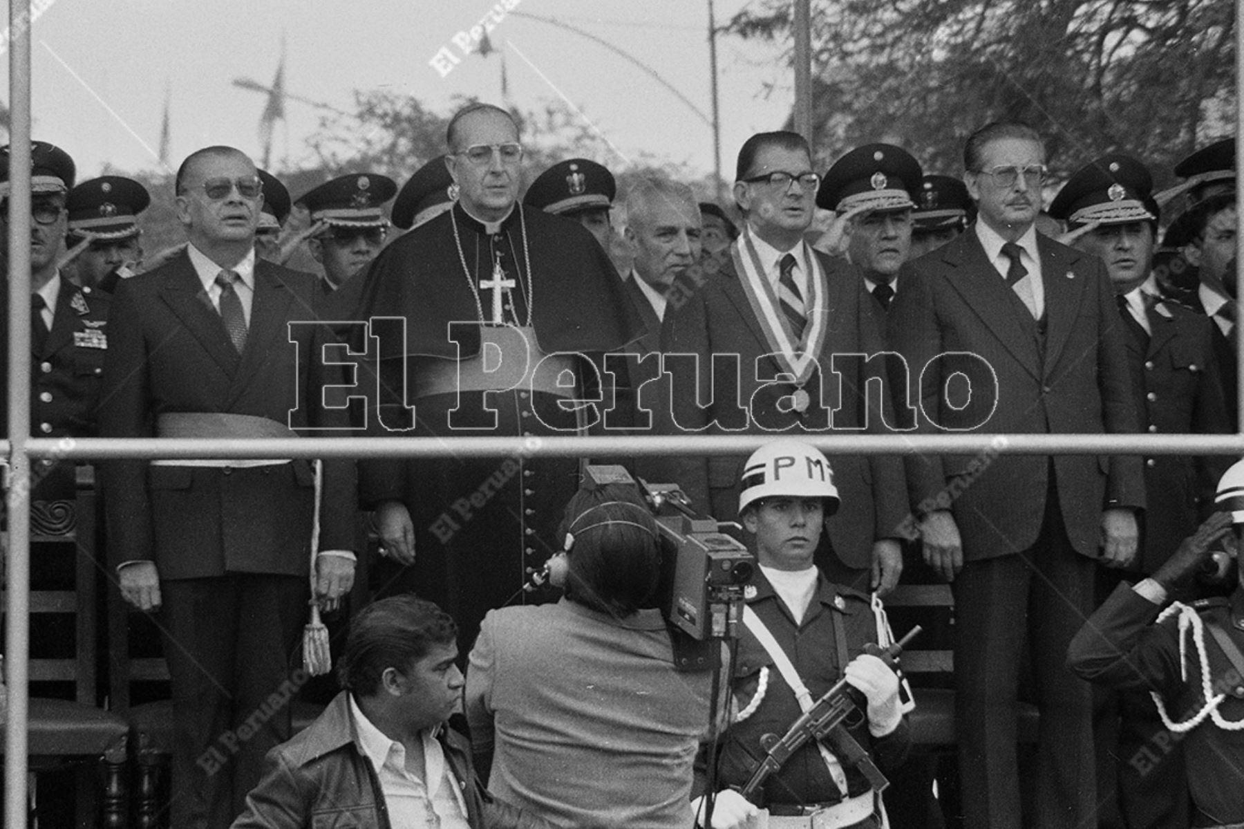 Lima - 29 julio 1981 / Javier Alva Orlandini en el estrado oficial del la Gran Parada Militar en su calidad de vicepresidente de la República. Foto: Archivo Histórico de El Peruano / Rómulo Luján