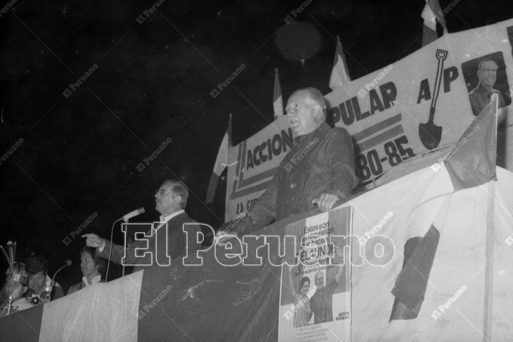 Lima - 7 mayo 1980 / Javier Alva Orlandini  pronuncia un discurso en el mitin del líder y candidato presidencial de Acción Popular, Fernando Belaúnde Terry, en Villa María del Triunfo.  Foto: Archivo Histórico de El Peruano / Orlando Adrianzén