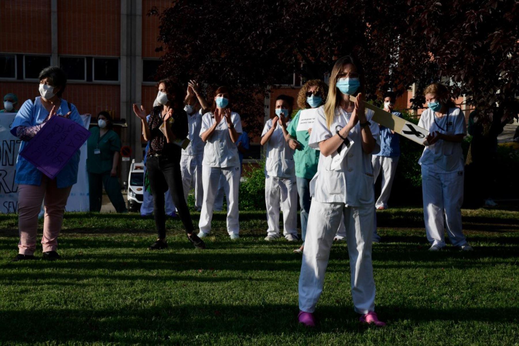 Los trabajadores de la salud aplauden durante una protesta que pide un sistema de salud reforzado fuera del hospital Severo Ochoa en Leganés, en las afueras de Madrid. Foto: AFP