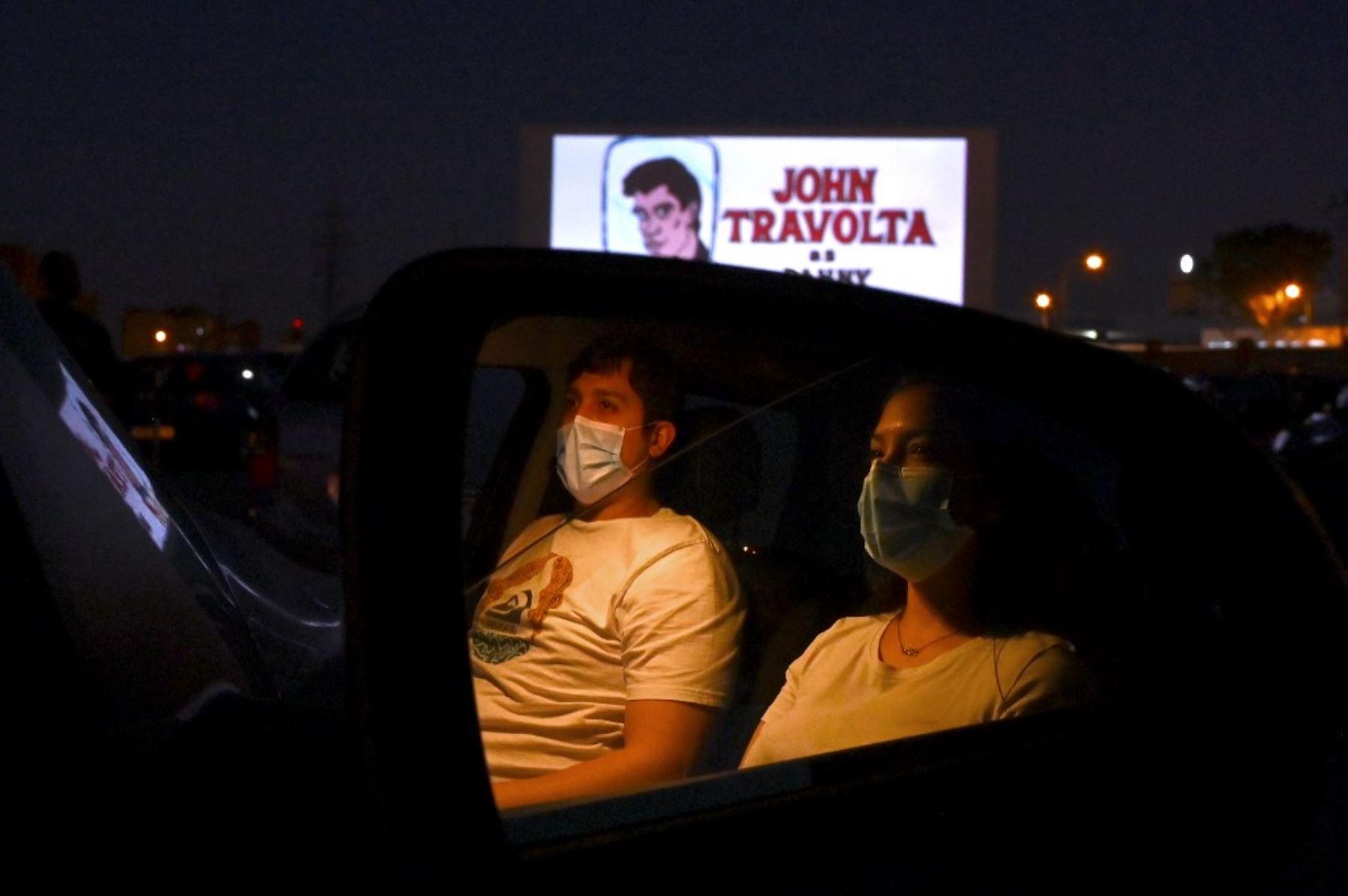 """Los asistentes al cine en sus automóviles asisten a la proyección de la película de comedia romántica musical estadounidense """"Grease"""" durante la reapertura del autocine Madrid Race Drive. Foto: AFP"""
