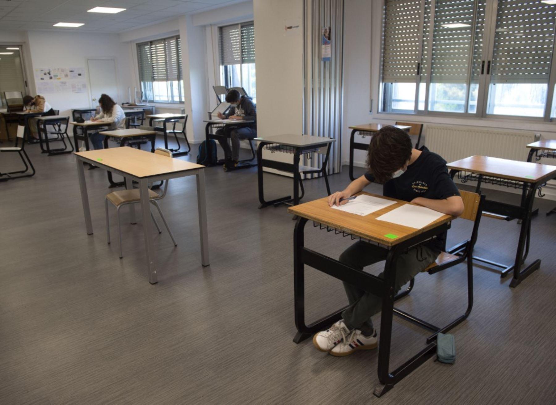 Los estudiantes de la escuela Axular Lizeoa en San Sebastián asisten a una clase después de la reapertura de las escuelas en el País Vasco. Foto: AFP