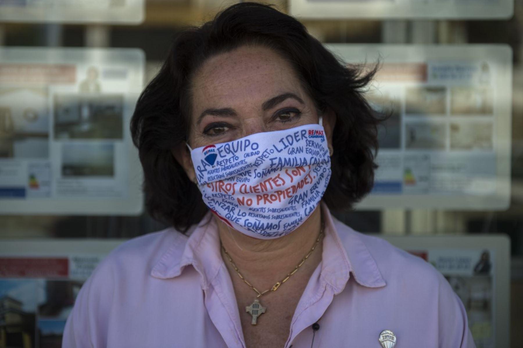 La agente inmobiliaria Virginia Herrero posa con una máscara en la agencia inmobiliaria Remax / Casagrande en Sevilla. Foto: AFP