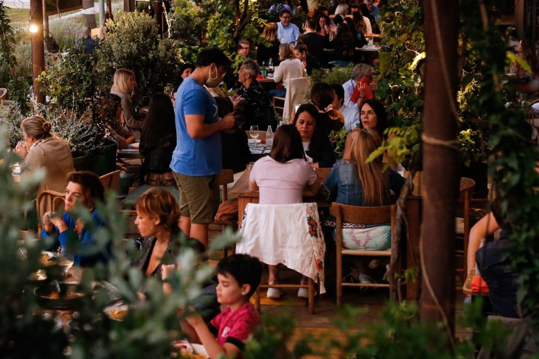La gente cena en un restaurante cerca de la playa de la Barceloneta en Barcelona. Foto: AFP