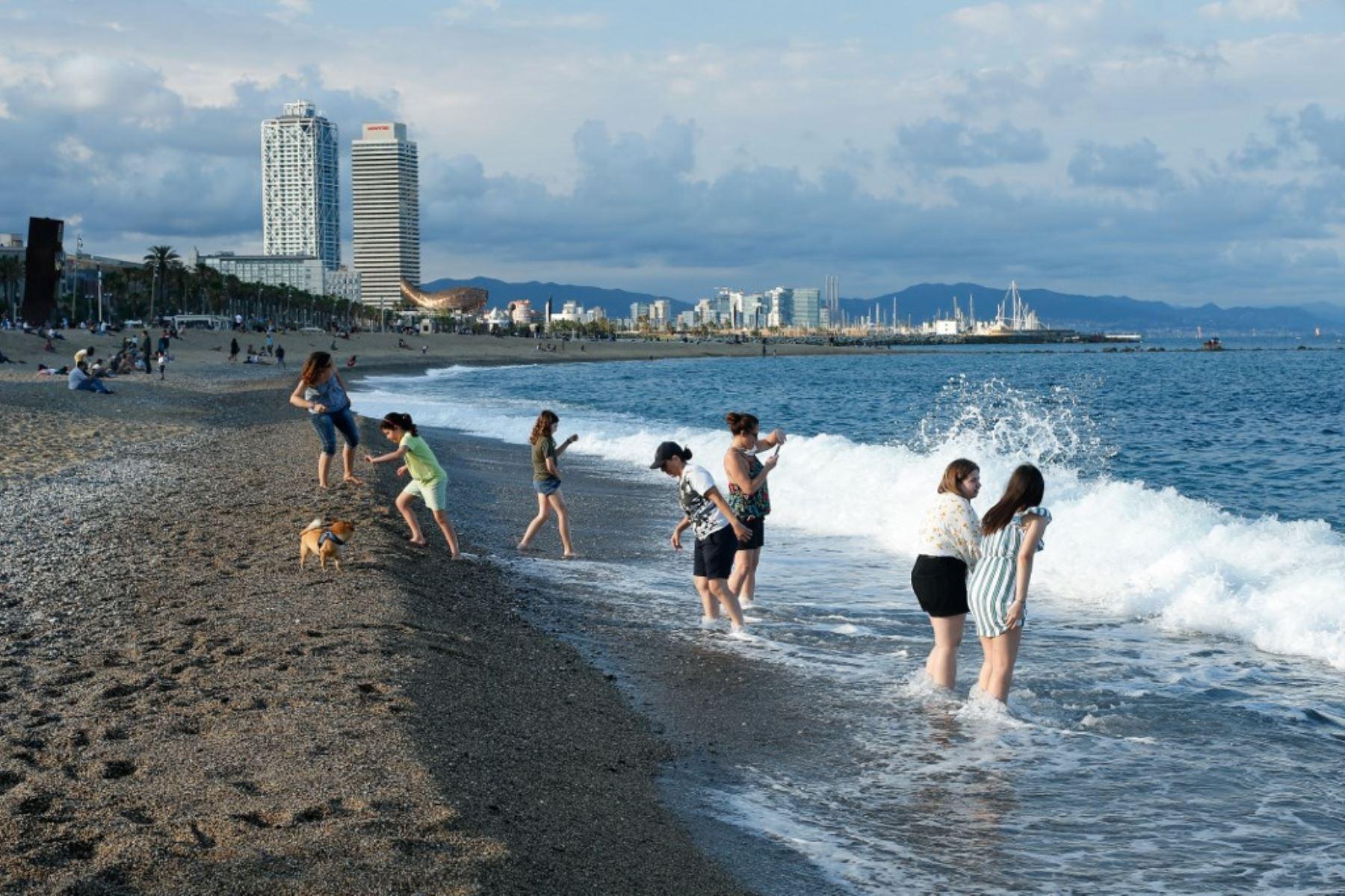 La gente disfruta de un día en la playa de la Barceloneta en Barcelona. Foto: AFP
