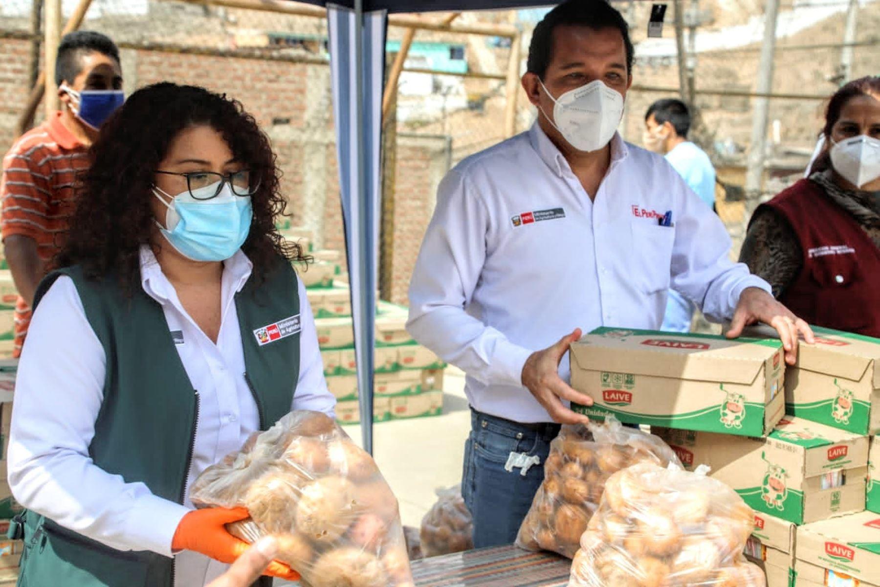 En el marco del Día Mundial de la Leche, el ministerio de Agricultura llega a San Juan de Lurigancho para entregar más de mil litros de leche a vecinos del sector Santa Cruz, con el objetivo de incentivar su consumo y mejorar la alimentación de los peruanos.  Foto: Minagri