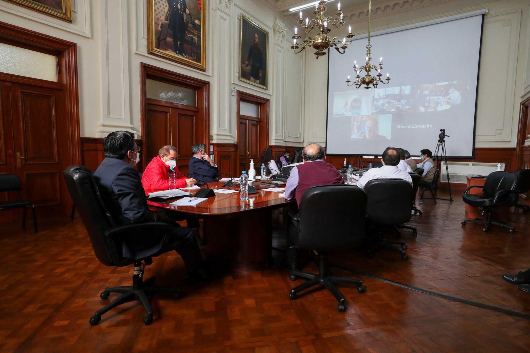 Premier Vicente Zeballos en videoconferencia con alcaldes de Lima, La Victoria y Santa Anita, presenta propuesta técnica de reubicación de los comerciantes de La Parada, con el objetivo de recuperar la seguridad, el orden y la salud pública en la emergencia por el covid-19. Foto:PCM