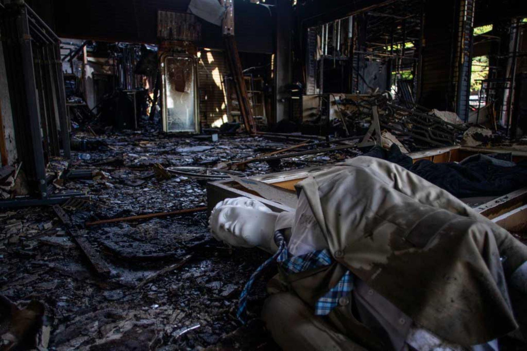 Se ve un maniquí en el piso de un edificio comercial quemado en el centro de Long Beach, California, después de una noche de protestas y saqueos en las principales ciudades de Estados Unidos. Foto: AFP