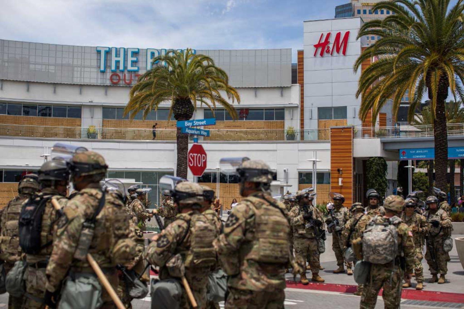 Los guardias nacionales de EE. UU. son vistos frente a un centro comercial en el centro de Long Beach, California, después de una noche de protestas y saqueos en las principales ciudades de Estados Unidos. Foto: AFP
